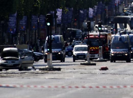 19일(현지시간) 프랑스 파리 샹젤리제 거리에서 괴한이 승용차를 경찰차량에 돌진시켜 승용차가 폭발하는 일이 발생했다. AP 연합뉴스