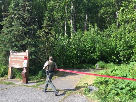 지난 18일(현지시간) 미국 알래스카주 앵커리지에서 얼마 떨어지지 않은 추각 주립공원의 레인저가 트레일러닝 대회 도중 흑곰에게 살해당한 현장 주변 출입을 통제하고 있다. 알래스카 디스패치 뉴스