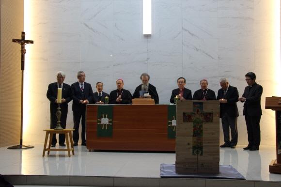 지난 1월 서울 성동구 옥수동 루터교회에서 한국그리스도교신앙과직제협의회가 주최한 '한국그리스도인 일치기도회'에서 정교회 암브로시오스 대주교(가운데)를 비롯한 신·구교 대표들이 천주교의 강복(降福) 의식을 하고 있다. 한국기독교교회협의회 제공