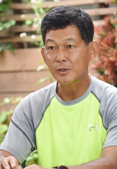 매일 40km를 뛰어도 400일이 걸리는 1만 6000km 대장정을 혼자 뛰겠다고 밝히는 그의 얼굴에는 비장한 결기와 천진난만함이 묘하게 교차했다. 최해국 선임기자 seaworld@seoul.co.kr