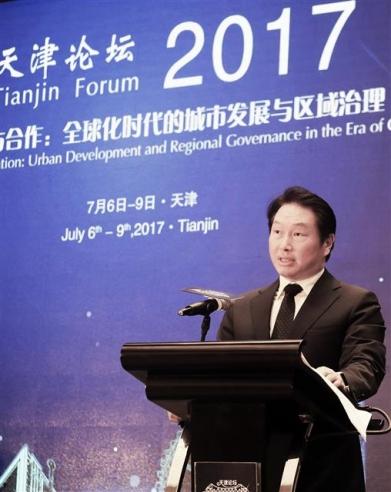 최태원 SK 회장이 지난 7일 중국 톈진시 크라운플라자 호텔에서 열린 '톈진포럼 2017'에서 축사를 하고 있다. SK그룹 제공