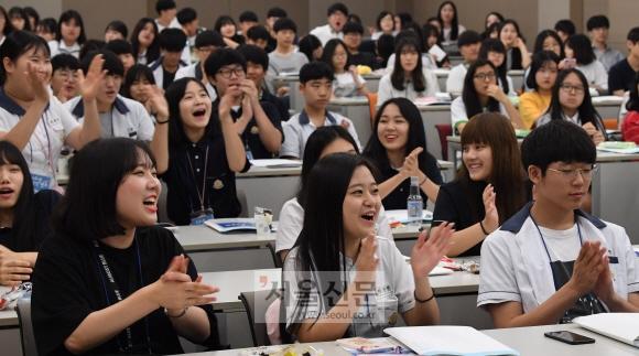 13일 서울 성동구 한양사이버대 사이버2관에서 열린 '제2회 고교생 꿈공장 캠프'에 참가한 특성화고 학생들이 선배들의 경험담을 들으며 즐거워하고 있다. 손형준 기자 boltagoo@seoul.co.kr