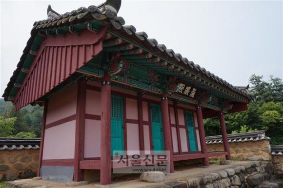 문경 숭위전. 후백제를 한반도의 정통성을 이은 왕조의 하나로 인정하고 그 창업자인 견훤을 제사 지내는 사당으로 2002년 문경시가 지었다.