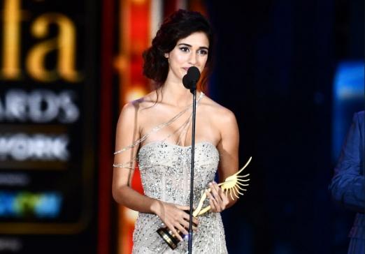 인도 여배우 디샤 파타니가 15일(현지시간) 미국 뉴저지 베르겐 카운티의 메트라이프 스타디움에서 열린 국제 인도 영화 아카데미상(IIFA) 시상식에서 최고의 데뷔(Best Debut) 여배우상을 수상해 소감을 말하고 있다. AFP 연합뉴스