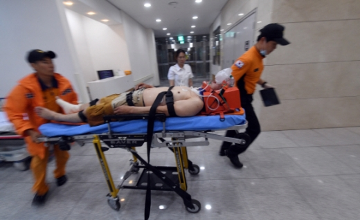 구급대원들이 외상환자를 T-Bay로 이송하고 있다.