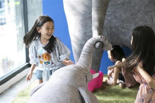 이정윤 작가의 코끼리 설치인형과 놀이를 하는 아이들의 표정이 티 없이 밝다.