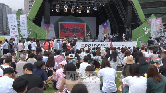 15일 서울광장을 가득 메운 퀴어축제 참가자들. 김형우 기자 hwkim@seoul.co.kr