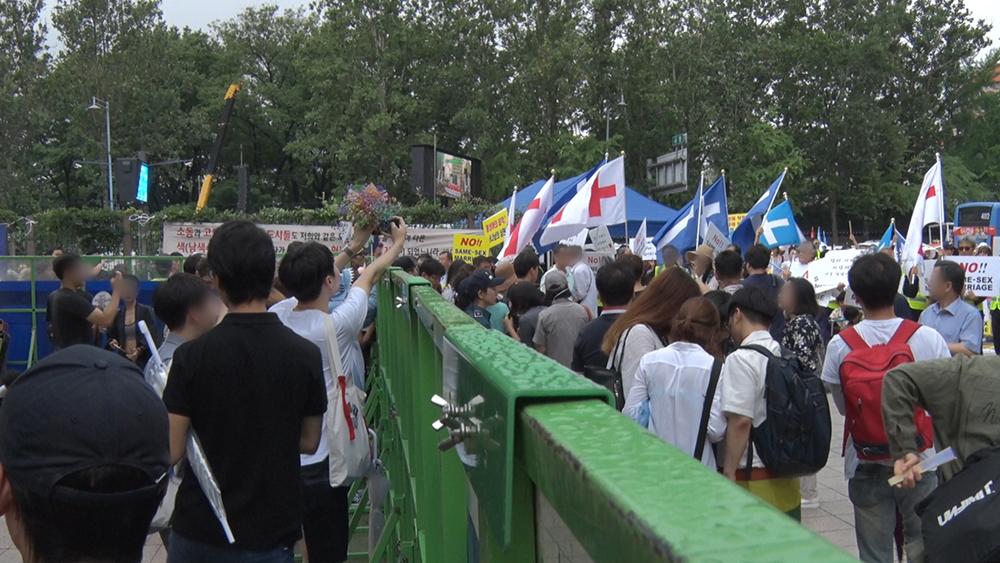 퀴어축제 참가자들과 기독교 단체. 김형우 기자 hwkim@seoul.co.kr