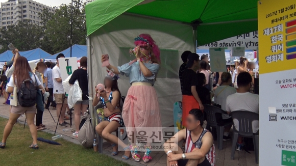 퀴어 축제 부스. 김형우 기자 hwkim@seoul.co.kr