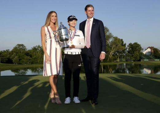 16일(현지시간) 미국 뉴저지주 베드민스터의 트럼프 내셔널 골프클럽에서 열린 미국여자프로골프(LPGA) US여자오픈에서 우승을 차지한 박성현이 도널드 트럼프 대통령의 아들 에릭 트럼프와 그의 아내 라라 유나스카와 기념 촬영을 하고 있다.  AP 연합뉴스