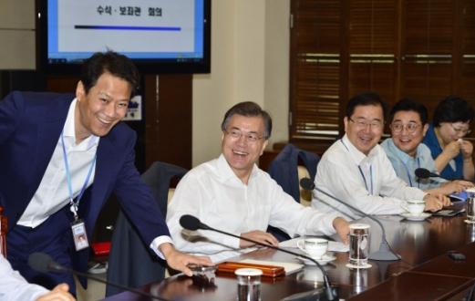 17일 청와대 여민관에서 열린 대통령 주재 수석 보좌관회의에서 임종석 비서실장이 지각을 하자 문재인 대통령이 웃으며 쳐다보고 있다. 안주영 기자 jya@seoul.co.kr