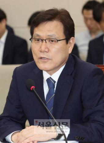 최종구 금융위원장 후보자가 17일 서울 여의도 국회 정무위원회 회의실에서 열린 인사청문회에 참석해 의원들의 질의에 답변하고 있다. 이종원 선임기자 jongwon@seoul.co.kr