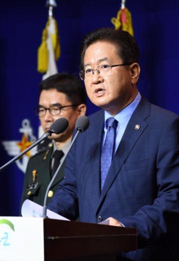 서주석 국방부 차관이 17일 서울 용산 국방부 청사에서 기자회견을 열고 북측에 남북 군사당국회담 개최를 제의하고 있다. 손형준 기자 boltagoo@seoul.co.kr