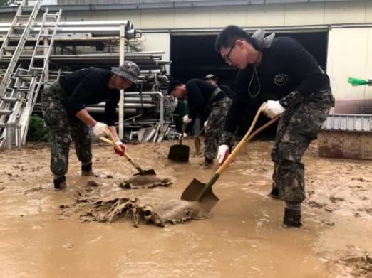 수해 복구에 구슬땀 흘리는 장병들  17일 오전 폭우로 물에 잠긴 충남 천안시 동남구 병천면에 육군 제32보병사단 소속 군 장병들이 긴급 투입돼 수해 복구 작업을 하고 있다. 지난 16일 천안 지역에는 평균 182.2㎜의 비가 내려 지하차도 5곳이 물에 잠기고, 차량 32대와 1000여㏊의 농경지가 침수 피해를 입었다. 천안시는 이날 공무원 500여명 등 679명을 투입해 응급 복구 활동을 펼쳤다. 천안 연합뉴스