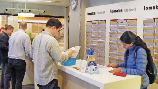 지난달 21일 KELA 사무실에서 한 인도계 핀란드인이 실업수당 등을 신청하기 위해 사무실에 있는 서식을 작성하고 있는 모습.