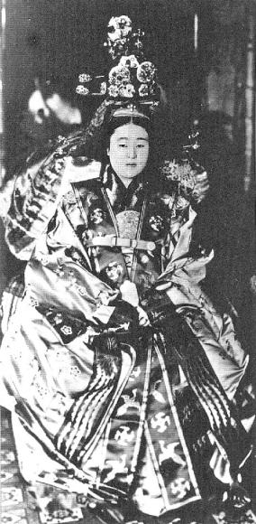 적의를 입은 영친왕비의 흑백사진(1922년). 국립고궁박물관 제공