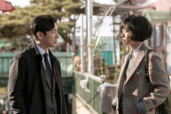 조승우는 2015년 말 영화 '내부자들' 개봉 당시 한창 '미드'에 빠져 있었다며 그 이유로 기-승-전-연애로 이어지지 않는 스타일을 꼽았다. 또 한국에서도 그러한 드라마가 자주 나오길 바란다고 했다. 이번 '비밀의 숲' 출연으로 소원을 푼 셈이다. 사진은 '비밀의 숲' 주연을 맡은 조승우(왼쪽)와 배두나. tvN 제공