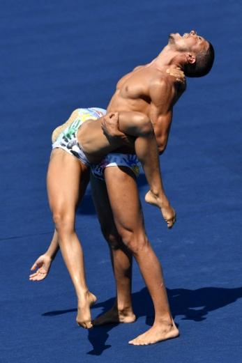 17일(현지시간) 헝가리 부다페스트에서 열린 '제17회 세계수영선수권대회(17th FINA Swimming World Championships)' 혼성 듀엣 싱크로나이즈드 스위밍 테크니컬 루틴 결승경기에서 이탈리아 선수들이 멋진 연기를 펼치고 있다. EPA 연합뉴스