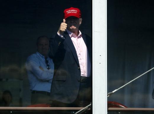 트럼프도 '극찬'  도널드 트럼프 미국 대통령이 17일 자신 소유의 골프장 18번홀 뒤편에 마련된 대통령 전용 스탠드에서 US여자오픈 4라운드 마지막 홀에 도착한 박성현을 향해 엄지를 들어 보이고 있다. 베드민스터 AP 연합뉴스