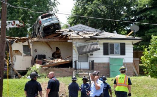 지붕위에 처박은 SUV 차량 미국 미주리 주 세인트루이스에서 스포츠유틸리티비이클(SUV) 차량이 과속으로 날아올라 주택 지붕 위에 처박은 사건이 발생했다.   17일(현지시간) 현지 '세인트루이스 포스트 디스패치'에 따르면 사고 차량은 속도를 제어하지 못한 채 근처 언덕 둑을 뚫고 날아와 월넛파크 웨스트에 있는 주택 지붕을 들이받았다고 세인루이스 소방국 관계자가 말했다. 2017.7.18 [팜비치포스트 캡처]연합뉴스