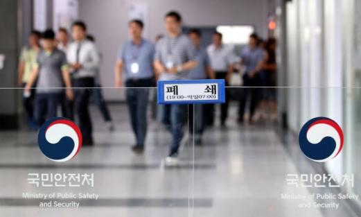 정부세종청사에 있는 공무원들이 점심식사를 위해 나가는 모습. 세종 연합뉴스
