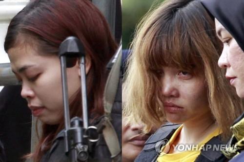 2017년 3월 1일 김정남 암살 혐의로 기소된 인도네시아인 시티 아이샤(25·여)와 베트남 국적자 도안 티 흐엉(29·여)이 삼엄한 경계 속에 말레이시아 세팡 법원에 들어서고 있다. [AP=연합뉴스자료사진]