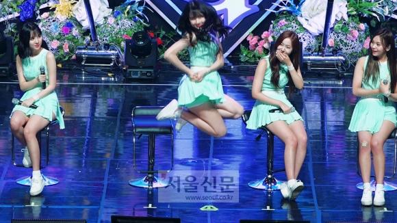 걸그룹 여자친구 멤버 예린이 청순 포즈를 선보이고 있다.