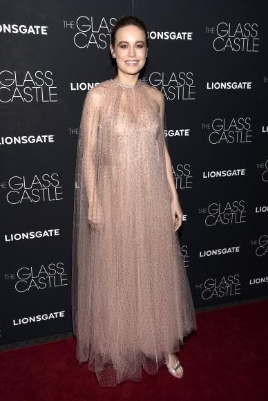 영화배우 브리 라슨이 9일(현지시간) 미국 뉴욕 SVA 극장에서 열린 영화 '더 글라스 캐슬(The Glass Castle)' 시사회에 참석해 포즈를 취하고 있다. AP 연합뉴스