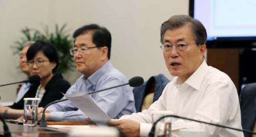 문재인(오른쪽 첫 번째) 대통령이 10일 오전 청와대에서 열린 수석보좌관회의에서 모두발언을 하고 있다. 안주영 기자 jya@seoul.co.kr