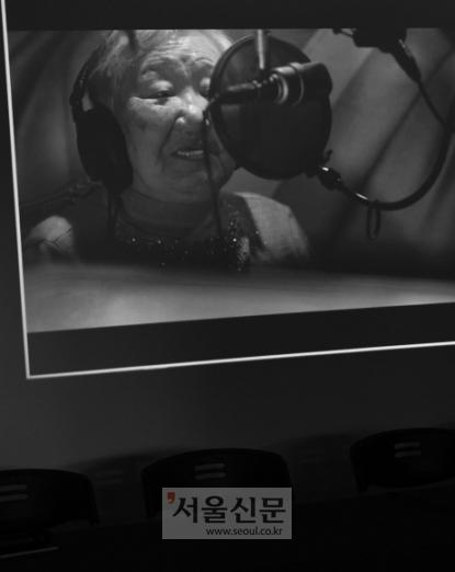 일본군 위안부 피해자 길원옥 할머니가 녹음 스튜디오에서 노래하고 있다. 10일 서울 마포구 전쟁과여성인권박물관에서 길 할머니의 음반 제작발표회가 열려 음반을 만든 전 과정이 공개됐다. 이호정 전문기자 hojeong@seoul.co.kr