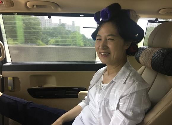 출근길 차 안에서 헤어롤을 하고 있는 추미애 더불어민주당 대표 사진=추미애 대표 공식 블로그 캡처
