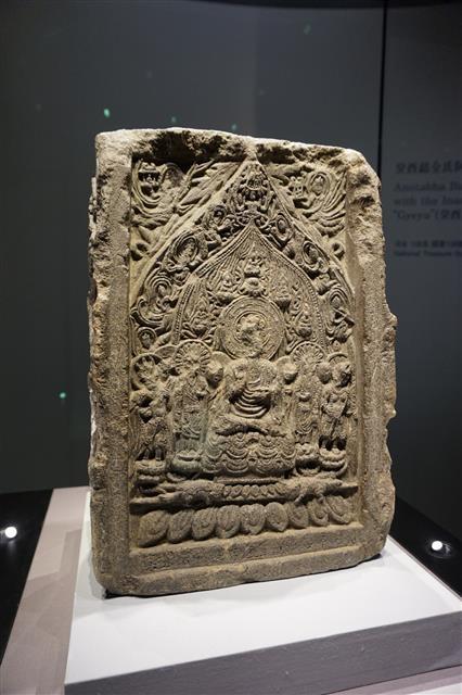 국보 제106호 비암사 계유명전씨아미타삼존석상. 국립청주박물관에 전시되고 있는 모습이다.