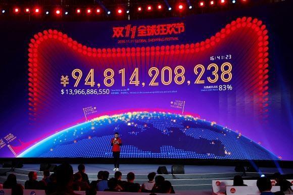 구글, 아마존 등 미국의 인네넷 기업들과 맞짱을 뜰 정도로 중국 인터넷 기업들의 성장 속도가 놀라울 정도로 빠르다. 사진은 지난해 11월 11일 중국 남부 광둥성 선전시의 대형 전광판에 알리바바의 '광군제'(중국판 블랙프라이데이) 일일 판매액인 948억 위안이 표시된 모습. 서울신문 DB