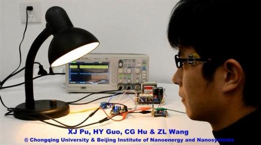 중국 충칭대의 한 연구원이 윙크로 작동하는 소형 센서를 실험하고 있다. 사이언스어드밴스 제공