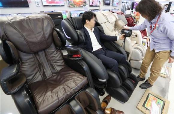 서울 시내의 한 가전 전문매장에서 시민이 전동 안마의자를 체험하고 있다 (위 사진은 기사 내용과 관련이 없음). 연합뉴스