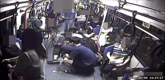 지난 9일 밤 경남 창원의 시내버스 110번에 탑승한 승객들이 갑자기 발작을 일으켜 쓰러진 20대 남성에게 심폐소생술을 하는 모습이 버스 안 폐쇄회로(CC)TV에 담겨 있다. 창원 연합뉴스