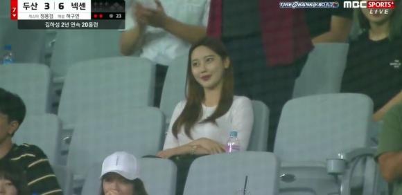 김하성 홈런 관중석 여자친구 mbc 스포츠 방송화면 캡처