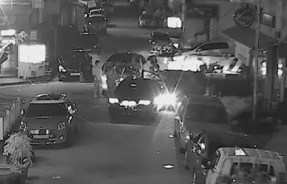 H파 조직원들이 지난 4일 새벽 대전 주택가에서 Y파 조직원과 보도방 도우미가 타고 있는 승용차를 야구방망이로 내려치고 있는 장면. 대전시 CCTV통합관제센터 동영상 캡처