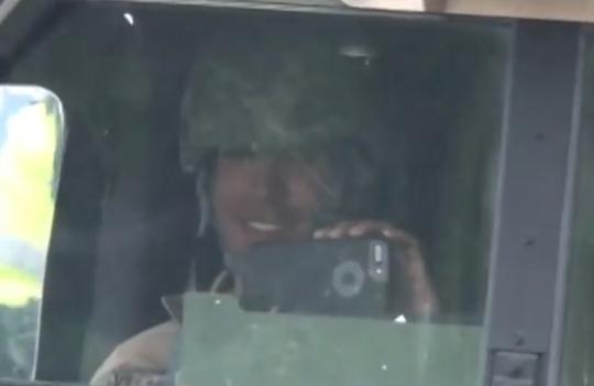 웃으며 휴대전화 촬영하는 미군 지난 4월 26일 주한미군의 기습적인 사드(THAAD·고고도 미사일 방어체계) 장비 배치를 막으려는 경북 성주군 주민들을 휴대전화로 촬영하며 웃는 미군의 모습이 담긴 동영상이 공개돼 논란이 된 적이 있다. 유튜브 동영상 '영상 찍으며 웃는 미군, 통곡하는 소성리 할매' 화면 갈무리