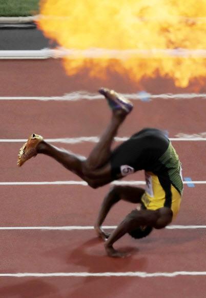 '이거 실화냐?' 우사인 볼트가 13일 은퇴 마지막 레이스를 펼친 남자 400m 계주 결선 대표팀의 마지막 주자(앵커)로 달리다 왼발 햄스트링 부상을 당하며 트랙 위에 나동그라지고 있다. 런던 AP 연합뉴스