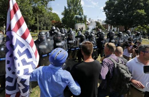 백인 우월주의자들의 시위 미국 버지니아 주(州) 샬러츠빌에서 12일(현지시간) 백인 우월주의자들의 대규모 폭력시위가 일어났다. 사진=AP 연합뉴스