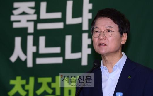 국민의당 8?27 전당대회에 도전장을 던진 천정배 전 대표가 13일 국회 의원회관에서 기자회견을 하고 있다.  이종원 선임기자 jongwon@seoul.co.kr