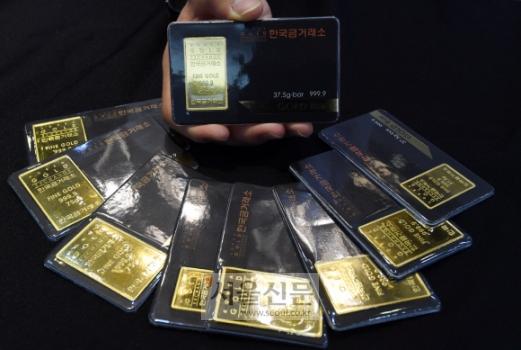 북핵 위협에 따른 '한반도 8월 위기설' 확산으로 '골드바' 등 안전자산에 대한 관심이 높아지고 금값이 급등하고 있는 가운데 13일 서울 종로구 한국금거래소(Korea Gold Exchange) 앞에서 직원이 골드바를 정리하고 있다.  박윤슬 기자 seul@seoul.co.kr