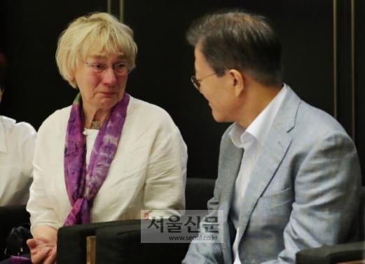 문재인 대통령이 13일 오전 용산 CGV에서 5·18민주화운동 참상을 전세계에 보도한 고 위르겐 힌츠페터 기자의 부인 에델트라우트 브람슈테트(80)와 영화 <택시운전사>를 관람 후 대화를 하고 있다.  청와대제공
