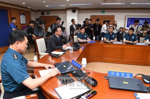 김부겸 행정안전부 장관이 13일 경찰청을 방문해 최근 경찰 지휘부에서 벌어진 SNS 게시글 삭제지시 의혹과 관련해  회의를 하고  있다. 이호정 전문기자 hojeong@seoul.co.kr