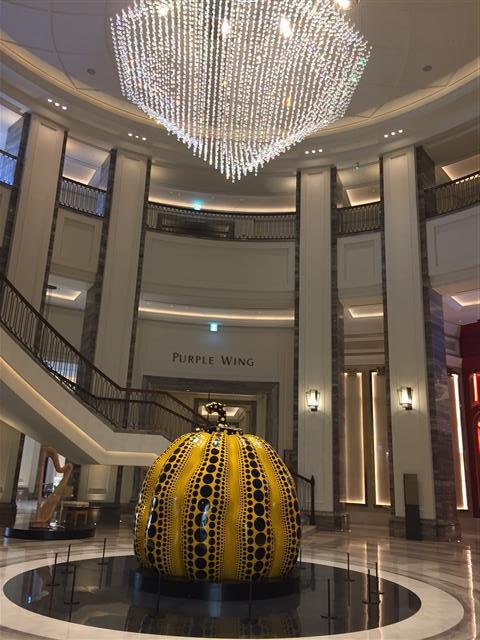 구사마 야요이의 '거대한 호박'과 아티스트그룹 뮌의 샹들리에. M컨템포러리 제공