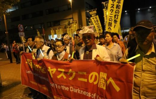 한·일 시민단체 활동가들이 모인 '촛불행동실행위원회'가 일본의 72번째 패전기념일을 3일 앞둔 지난 12일 도쿄 야스쿠니신사 주변에서 촛불을 들고 평화행진을 하고 있다. 도쿄 연합뉴스