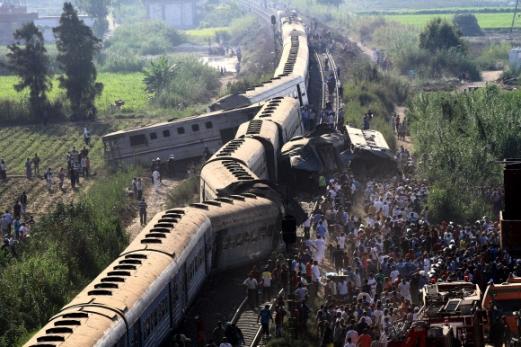 종잇장처럼 구겨진 이집트 열차… 최소 40여명 사망·100여명 부상  11일(현지시간) 이집트 북부 알렉산드리아 인근에서 카이로발 여객열차가 정차해 있던 다른 열차와 충돌하면서 종잇장처럼 구겨진 채 선로를 이탈해 있다. 이 사고로 최소 40여명이 사망하고 100여명이 부상을 당했다. 알렉산드리아 EPA 연합뉴스