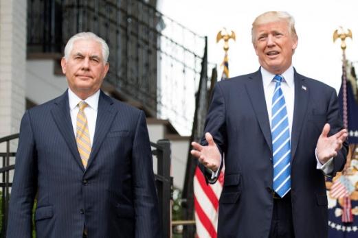 도널드 트럼프(오른쪽) 미국 대통령이 11일(현지시간) 뉴저지주 베드민스터의 트럼프 내셔널 골프클럽에서 렉스 틸러슨 국무장관과 함께 독재 논란으로 정정 불안을 겪고 있는 베네수엘라에 대한 군사개입 가능성을 언급하고 있다. 베드민스터 AFP 연합뉴스