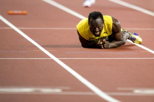 우사인 볼트가 13일 영국 런던의 올림픽 스타디움에서 열린 국제육상경기연맹(IAAF) 세계선수권대회 남자 400m 계주 결선에서 자메이카의 네 번째 주자로 나서 바통을 넘겨받은 뒤 20m를 채 못 가 트랙에 쓰려져 고통스러운 표정을 짓고 있다. 경기 도중 왼쪽 허벅지에 경련이 일어났다고 한다. 고별 인사도 못한 그는 은퇴 번복설에도 휩싸였다. 런던 EPA 연합뉴스